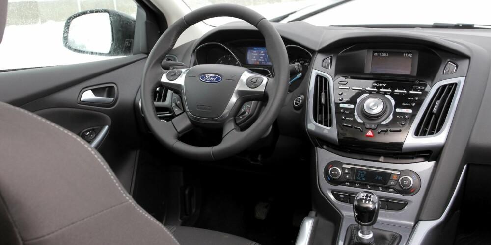 ROTETE: Vi har tidligere kritisert Ford for et rotet betjeningsoppsett i midtkonsollen. Sammenlignet med Golfs elegante berøringsskjerm, virker Focus som en gammel tastetelefon mot en ny smarttelefon. FOTO: Petter Handeland