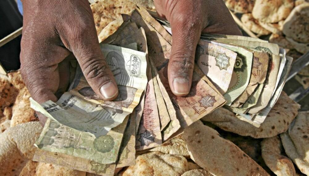 PÅ FERIE: Det er nesten umulig å unngå å ta i mot eller gi fra seg penger på ferie. God håndhygiene er viktig.