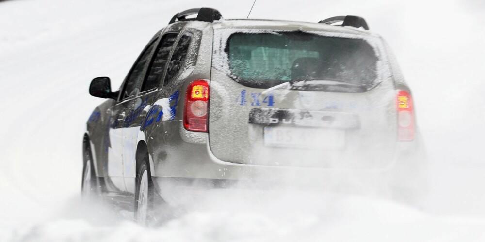 TAR SEG FRAM: Dacia Duster har en smidig fjæring som vi synes gjør en god jobb med å holde hjulene i kontakt med bakken på ujevnt underlag. Det bidrar til forutsigbare vinteregenskaper. Antiskrenselektronikken virker imidlertid å være av en tidlig generasjon, med harde, markerte inngrep. FOTO: Egil Nordlien, HM Foto