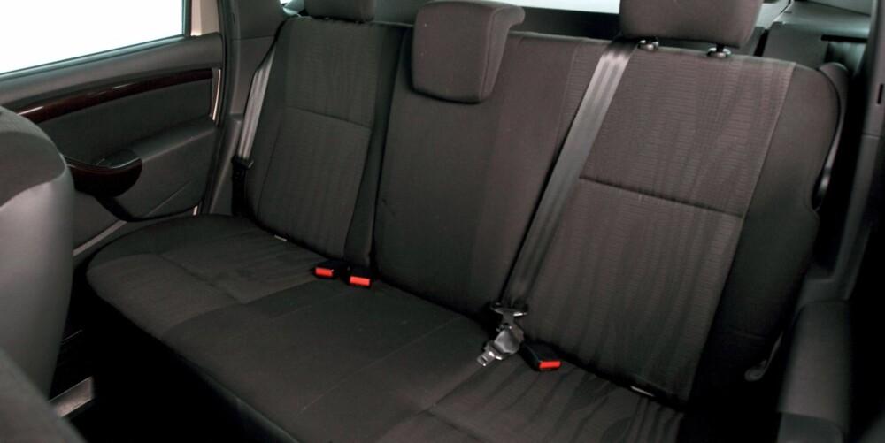 FLATT: Baksetene er tynne og flate, men plassforholdene er gode for en SUV på denne størrelsen. Tynne seter tar dessuten liten plass når de legges sammen. FOTO: Egil Nordlien, HM Foto