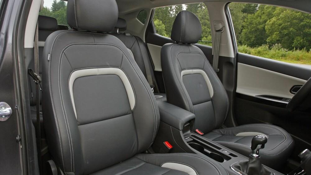 """PÅKOSTET: Toppmodellen har det meste en kan ønske seg i en kompaktklassebil i dag. Metallic lakk, skinnseter og 17"""""""" felger er ekstrautstyr."""