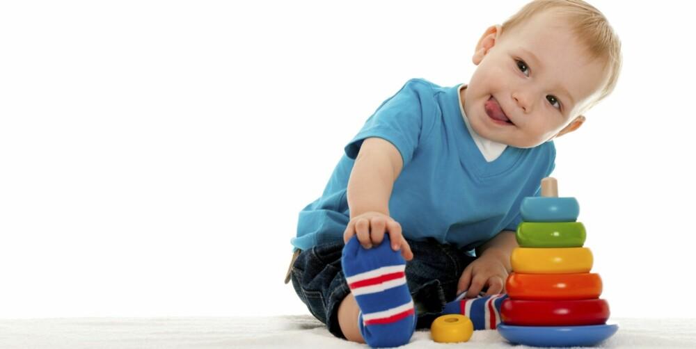 GODT TEGN: At barnet veksler mellom å søke nærhet til voksne og leke/utforske også på egen hånd, er et bra tegn.
