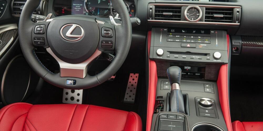 LEXUS: Setene er innbydende, komfortable og med god støtte, du har rikelig med teknologi som varsler om farer utenfor når du rygger, parkerer eller bare smyger deg gjennom trafikken, og chassiset gjør sitt beste for å rydde opp i de vanvittig humpete veibanene. FOTO: Lexus
