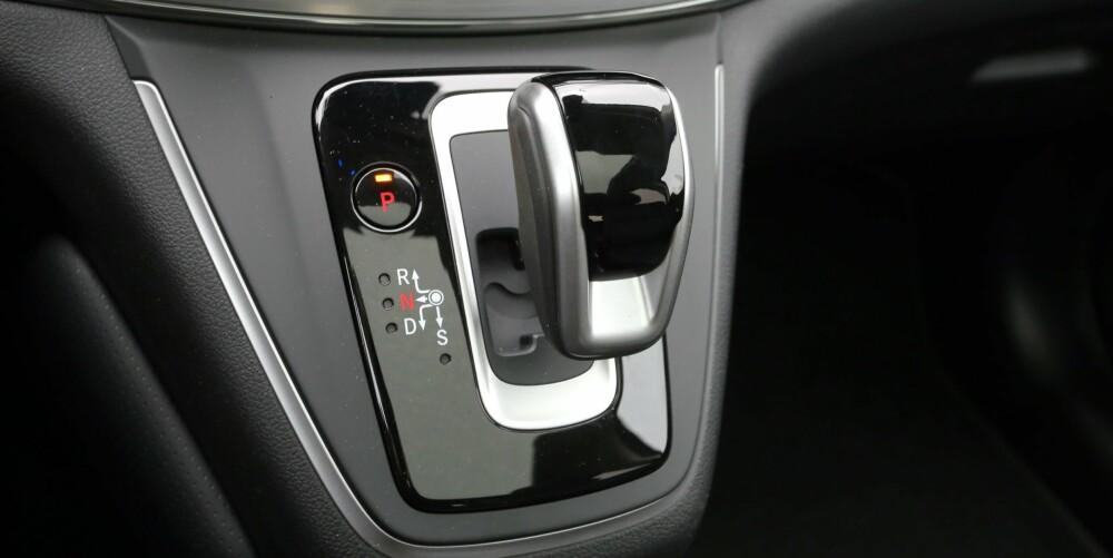 NI LIV: Den nette girspaken i midtkonsollen, styrer  automatkassen med ni trinn.