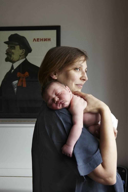 JOTI OG KIRAN: I arbeidet med prosjektet oppdaget fotograf Jenny Lewis at bildene av de nybakte mødrene først og fremst utstråler ro.