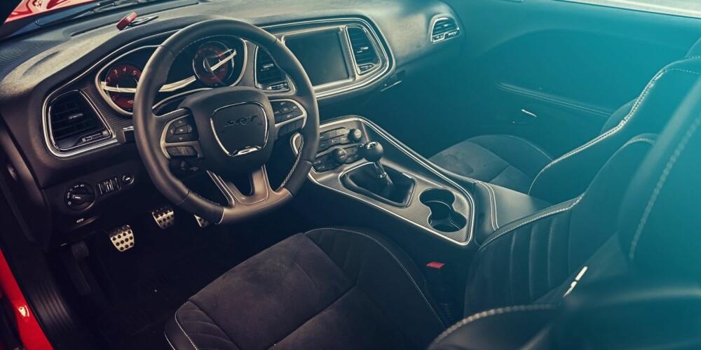 HELLCAT: Interiøret viser at Dodge Challenger er blitt en moderne muskelbil innvendig. Den har blant annet 8,4-tommers touchscreen.
