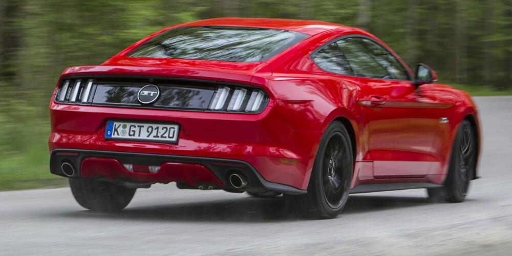 """MUSTANG: Vi synes den nye Mustangen ser veldig bra ut. Artig at """"tri-bar""""-elementet, som har vært med gjennom alle tider, fortsatt er med. Blant annet med tre pilarer i baklyktene. Og så kan Mustang-eierne diskutere til neste Mustang kommer om de skal være vertikale eller horisontale. FOTO: Ford"""
