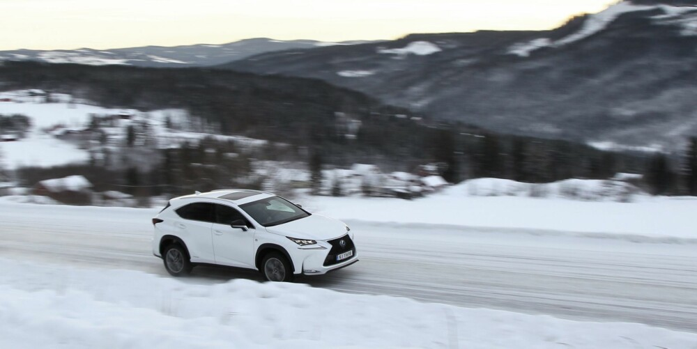 KOMMER FRAM: På trått vinterføre tar NX 300h seg godt fram, men har helt klart mer framhjulsdrevet karakter enn BMW X3.