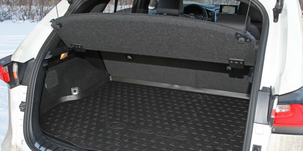 GODT AREAL: Bagasjeromsarealet er på linje med BMW X3, men det skorter i høyden. Oppgitt bagasjeromsvolum er 480 liter, mot 550 liter i X3.