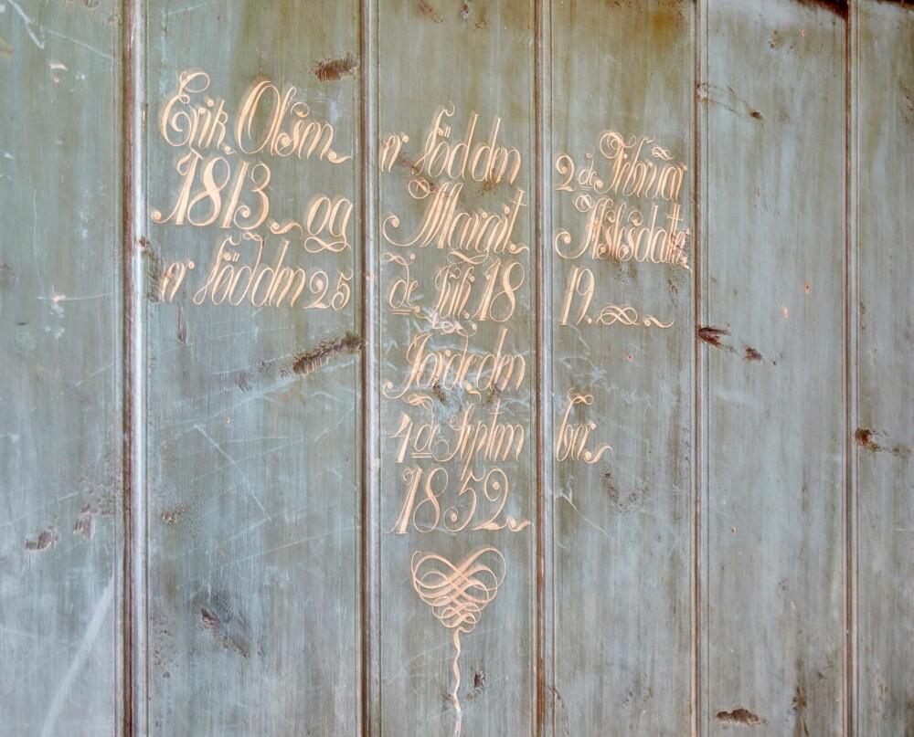 PERSONLIG DEKOR: På gjeste-soverommet vegg i vegg med hovedsoverommet i den gamle delen er det et veggord som er datert 1852. FOTO: Per Erik Jæger