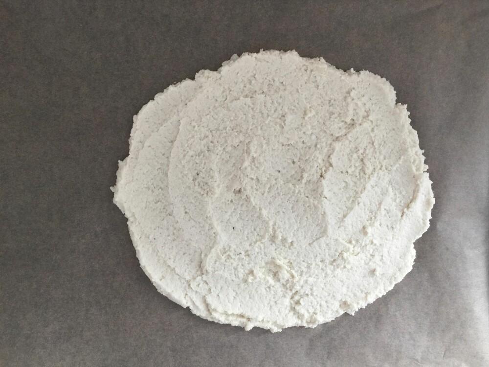 BLOMKÅLBUNN: Kjør ingrediensene sammen med stavmikser eller kjøkkenmaskin, og smør deigen utover et stekebrett med bakepapir.