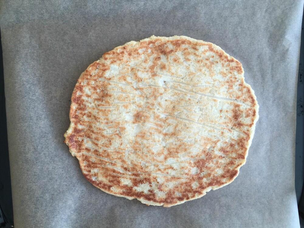 STEKT BUNN: Etter 15-20 minutter i ovnen tar du ut pizzabunnen, og legger den opp ned på stekebrettet.