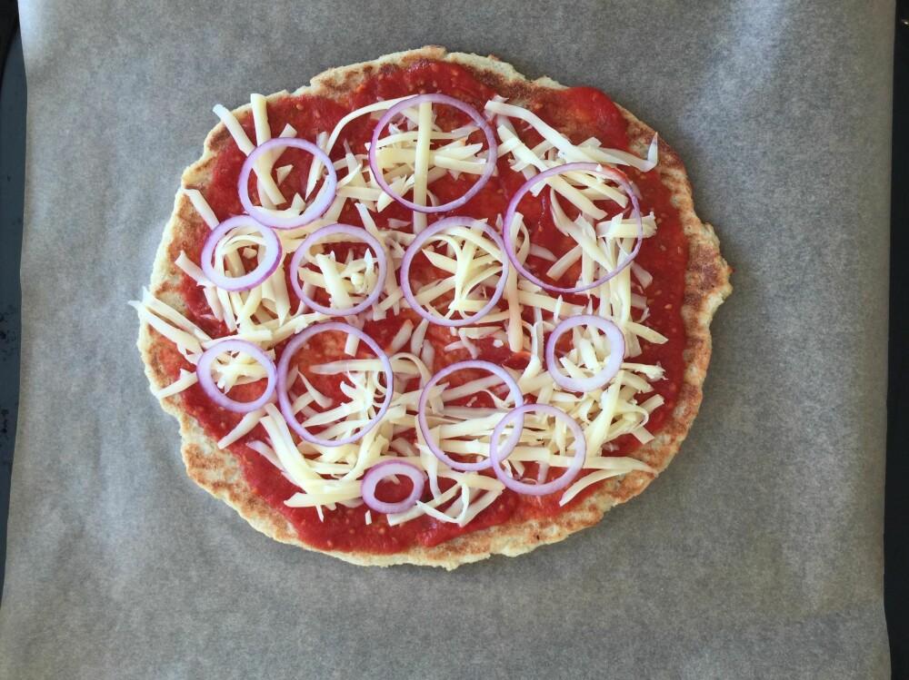 PIZZATOPPING: Vi la ost nederst, slik at grønnsaker og skinke skulle bli godt stekt.