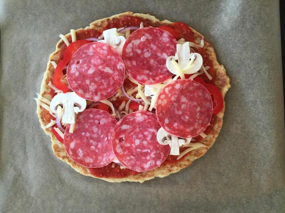 KLAR FOR OVNEN: Salchichon helt på toppen, og så var pizzaen klar for et raust kvarter i ovnen.