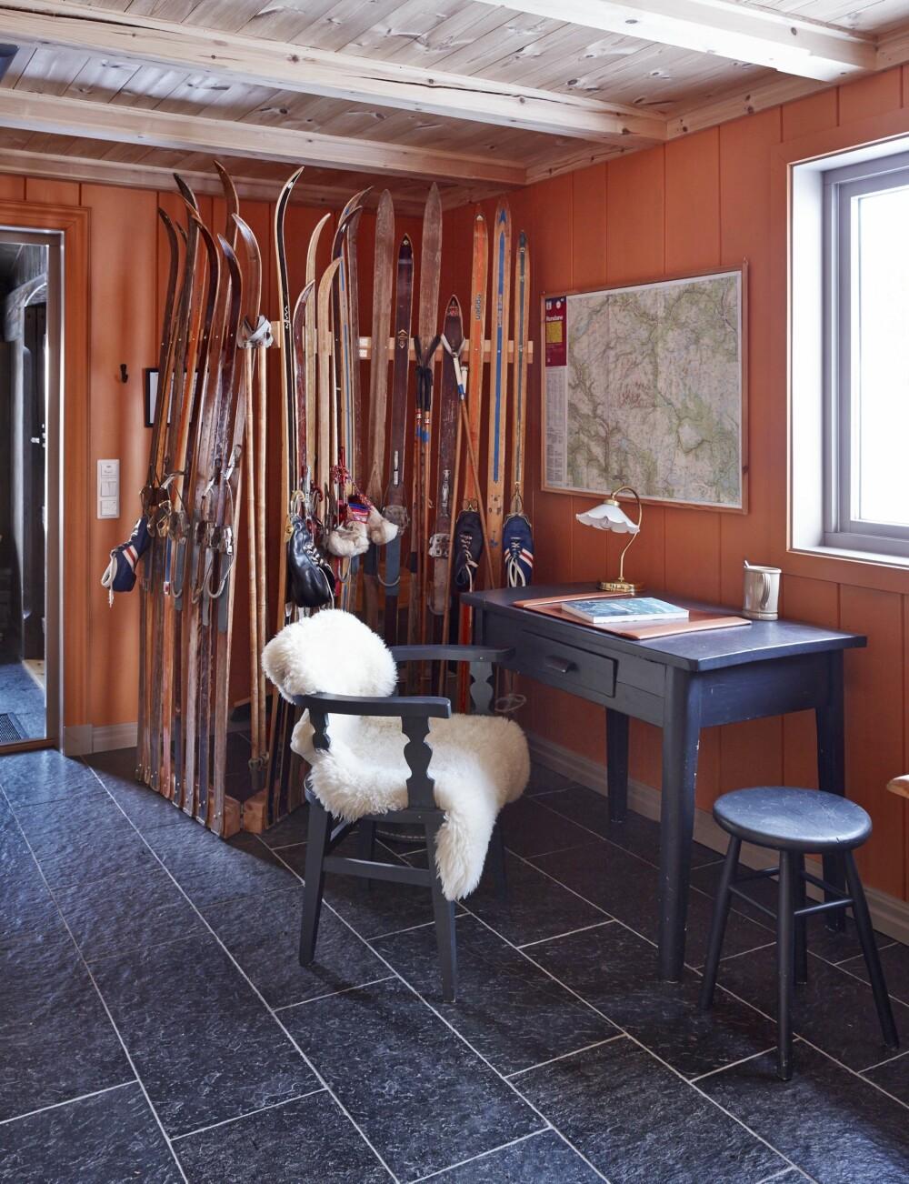 EN VEGG AV SKI: I gangen har Kari og Per Rudi en større skisamling, som skjermer brannapparater, brannteppe og andre hjelpemidler som ikke er like fine å se på. FOTO: Sveinung Bråthen