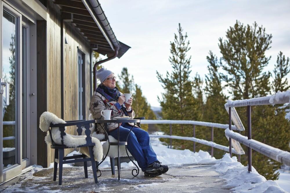 BERGTATT AV NATUREN: Kari Rudi er forelsket i utsikten. Hun synes det er vakkert når de mektige fjelltoppene åpenbarer seg på solfylte dager. FOTO: Sveinung Bråthen