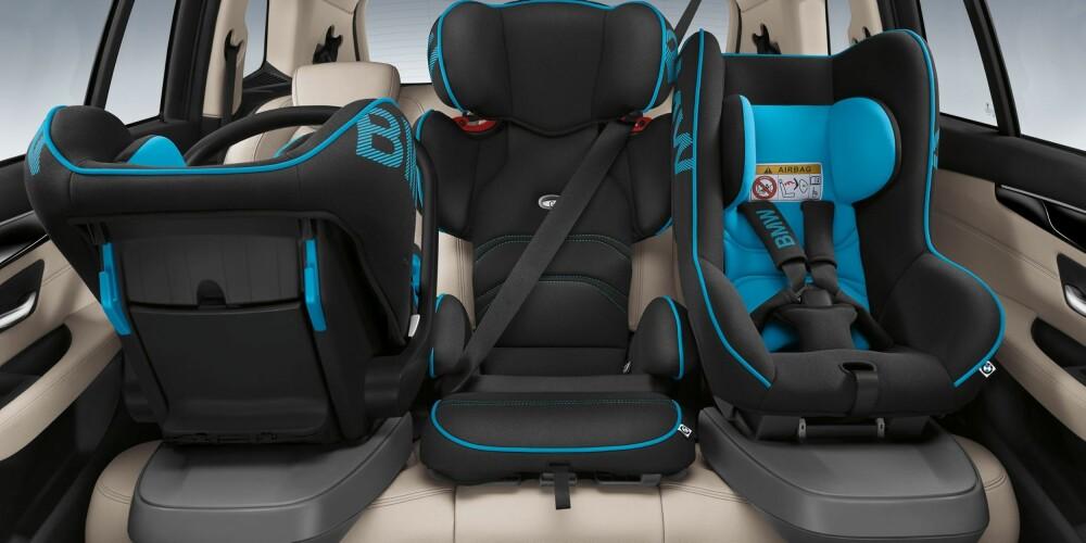 SETESTABLING: Familier med tre små barn vil kjenne seg igjen. BMW 2-serie Active Tourer har tydeligvis akkurat plass nok til tre barneseter på rad to - i hvert fall BMWs egne barneseter (barneseter har varierende bredde). FOTO: BMW
