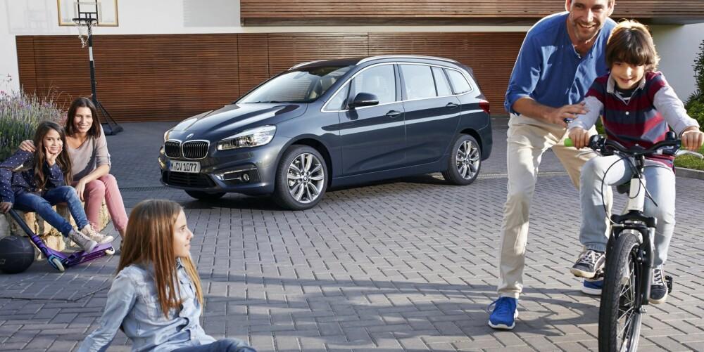 NYTT FOKUS: BMW ønsker å nå en ny kundegruppe. Det er i BMW-sammenheng uvanlig mange glade barn og lykkelige foreldre på lanseringsbildene for 2-serie Gran Tourer. FOTO: BMW