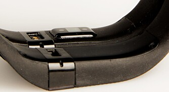 PULSMÅLER: Pulsmåleren med Fitbits PurePulse-teknologi kan sees som den firkantete klumpen som stikker ut på på den bakerste klokken på dette bildet.