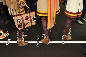 HIGH HEELS: Alt jeg klarer å se på er beina til én av jentene, skriver Thea Steen.