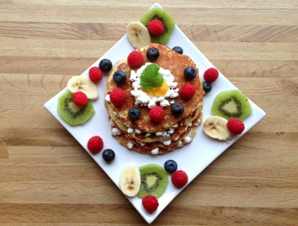 SUNNE PANNEKAKER: Sunne pannekakerservert med bær, kiwi og banan.