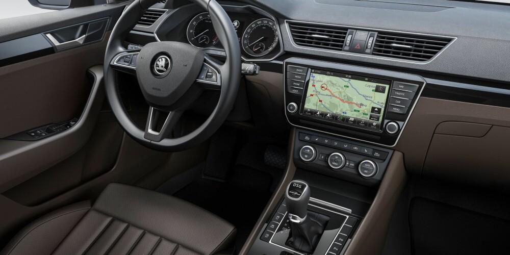 SLEKTSKAP: Dashbordet minner mye om det en finner i den nye VW Passat, og Skoda sier at informasjons- og betjeningssystemene bruker den samme teknologien som Volkswagen. FOTO: Skoda
