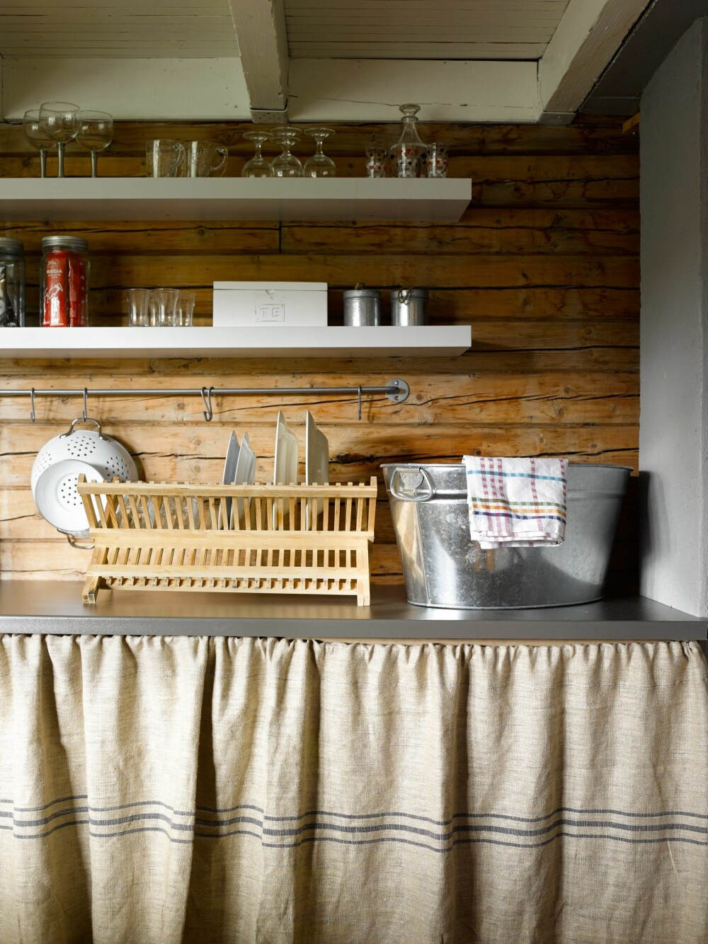 LUNE VEGGER: De varme, levende veggene på kjøkkenet er bevart slik de alltid har vært. Moren til Anne har sydd gardiner til skapene med samme tekstil som putene i benken.