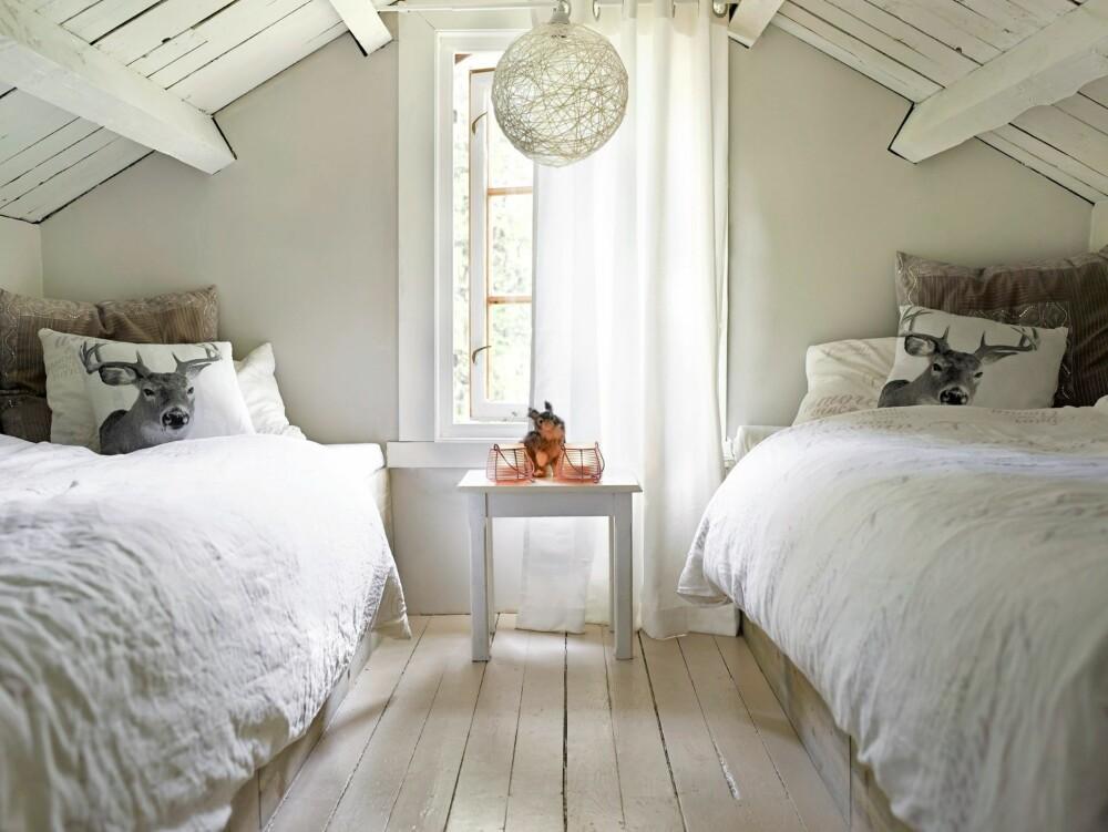 SMART HYLLE: Hyllen oppunder taket utnytter plassen godt. Den rommer både bøker, leker og tegnesaker. Interiøret er nå lyst og lett.