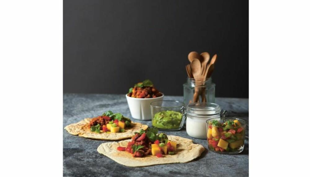LAG HJEMMELAGET TACOKRYDDER: Tina Holt og Birgitte Magnussen har laget en spennende Taco-oppskrift basert på økologiske produkter.