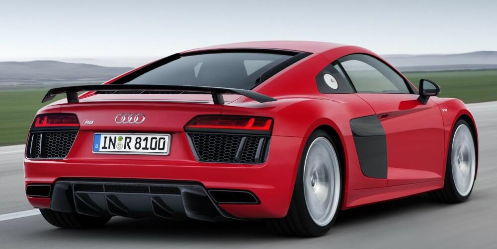 SPARKER: Toppversjonen R8 V10 plus er den eneste med fastmontert spoiler bak - de andre har spoiler som automatisk kommer opp når man kjører fort. Firehjulsdrift sørger for at kreftene omsettes effektisvt i framdrift. FOTO: Audi