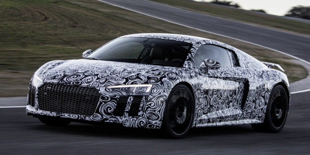 FORKLEDNING: R8 skal ifølge Audi gi toppytelser på bane, men være lettkjørt nok til daglig bruk. Bildet viser en prototyp under banetesting. FOTO: Audi