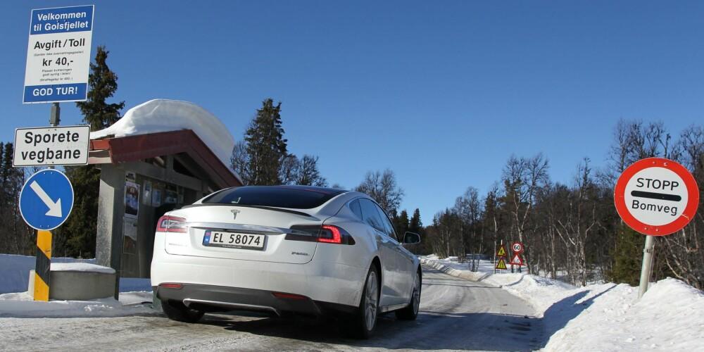 KARAKTER: Tesla Model S P85D kjører godt, har god rekkevidde, generelt god plass og ser bra ut. Detaljfinishen er ikke på topp for prisklassen, det er litt støy i kupeen i fart, og fjæringen er fast, ikke minst om du velger store hjul. FOTO: Petter Handeland