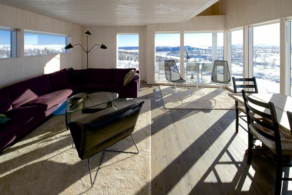 PANORAMAUTSIKT: Den store vindusrekken åpner hytta i retning Synnfjell. Foran ligger salongen, rett bak ligger kjøkkenet. Også det rommet er helt åpent organisert. Gulvet inne er omtrent i plan med terrassen utenfor, som igjen flukter med terrenget.