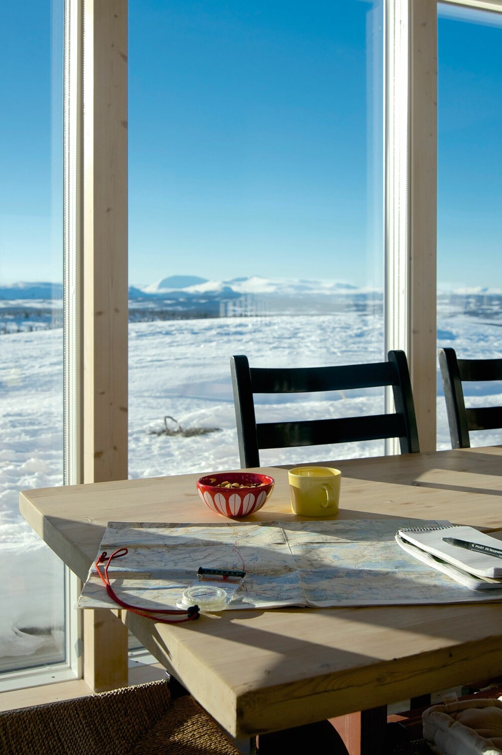 SAMLINGSSTED: Et massivt, selvsnekret heltre langbord er samlingsstedet like ved kjøkkenet.