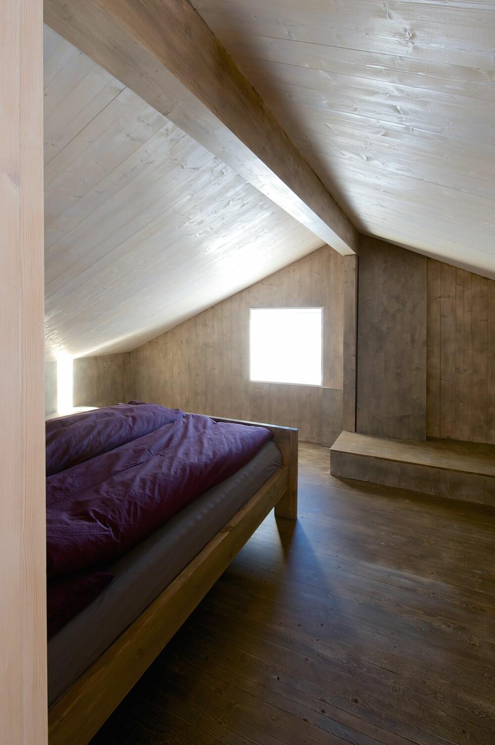 SNART SOVEROM: Dette soverommet i annen etasje er ikke ferdig innredet, men bildet gir likevel et inntrykk av hvor solide og glatte innervegger og tak i en moderne heltrebygning blir.