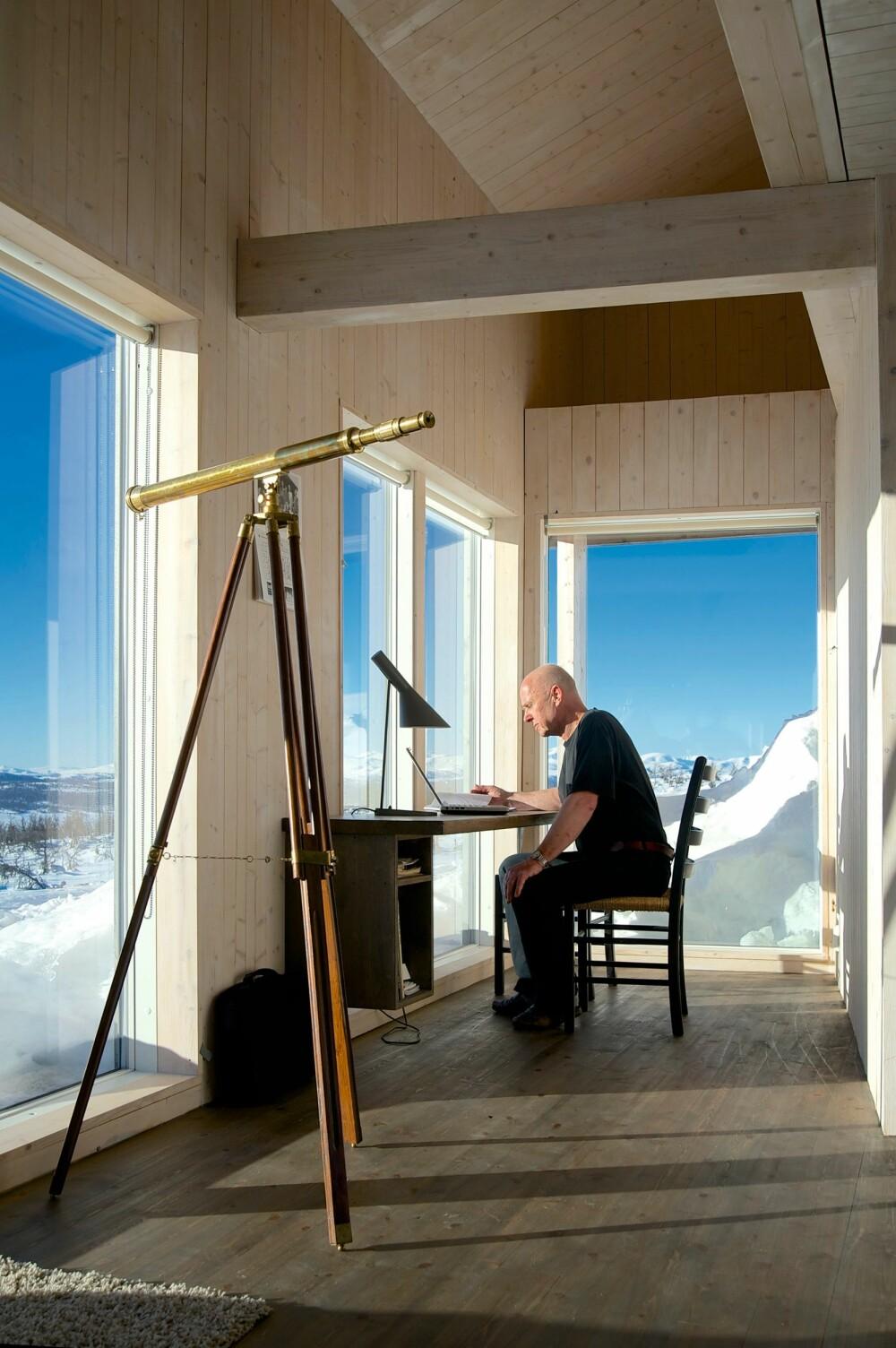 HYTTEKONTOR: Svein Ringstad benytter seg ofte av den lille avdelingen like ved det åpne kjøkkenet til hjemmekontor. Her han en enorm utsikt over landskapet i sørvest.