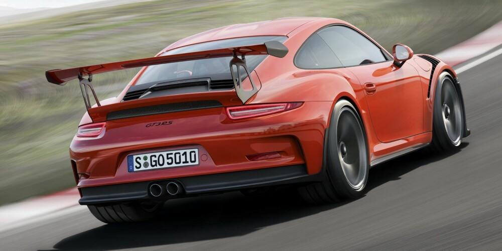 RS: Foreløpig siste skudd på 911-serien, er 911 GT3 RS. Den har en sekssylindret fireliter som yter 500 hk og 460 Nm. Dette er den største (volum) og kraftigste av de selvpustende motoren med direkteinnsprøytning i 911-familien. GT3 RS gjør 0-100 på 3,3 sekunder og 0-200 km/t på 10,9 sekunder. Pris: 2 659 000 kroner. FOTO: Porsche
