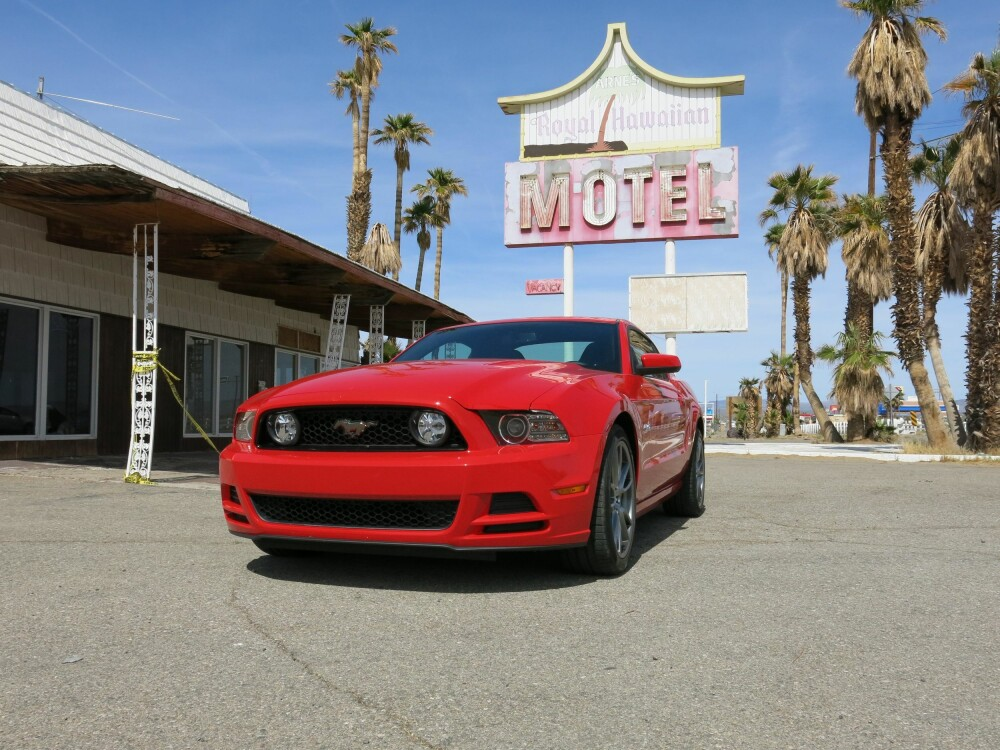 """MUSTANG: Arne's Royal Hawaiian Motel i """"busslommen"""" Baker (California) og en Ford Mustang GT. Arne's hadde Tiki-tema og åpnet i 1957. Men resesjon og konkurransen fra casino-hotellene i Primm (og Las Vegas), medførte at det 43-rom store motellet stengte dørene i 2009. Arne's råtner, Mustangen lever. FOTO: Martin Jansen"""