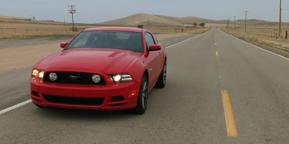 MUSTANG: En Ford Mustang med V8-er, øde vei i USA. Blir det bedre? FOTO: Martin Jansen