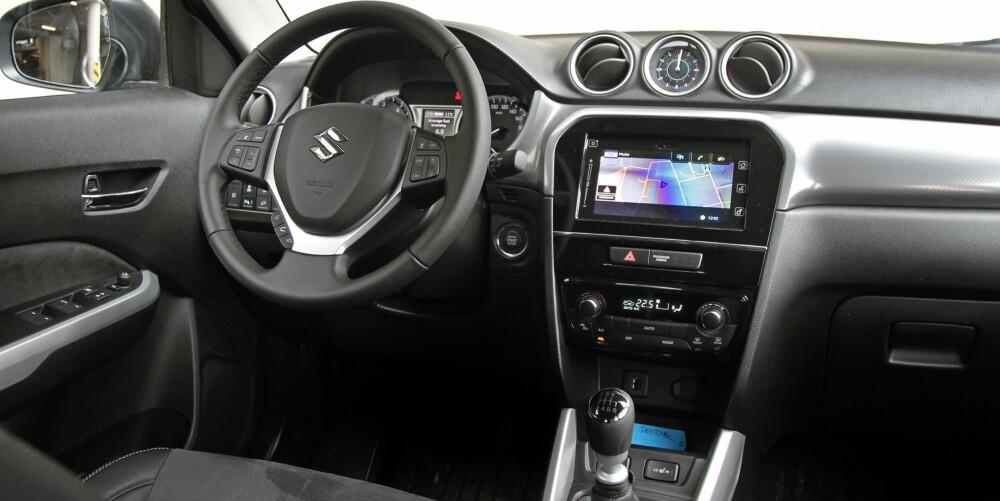 ENKELT: Dashbordet er i hardplast, og det bidrar til en kvalitetsfølelse som er litt for enkel i en bil til over 350.000 kroner.