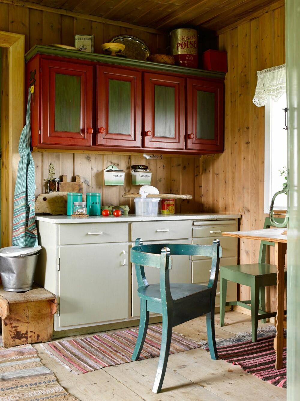 FROKOST: Kjøkkenkroken er liten, men mer enn god nok for en kjapp frokost, om været tilsier at den må tas innendørs. Kjøkkenbenken er fra 1950-tallet.