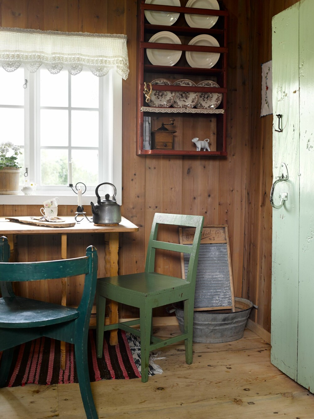 SOLID GULV: Kjøkkengulvet var før av jord. Nå har det fått på seg solide heltreplanker som står i stil med stuegulvet.