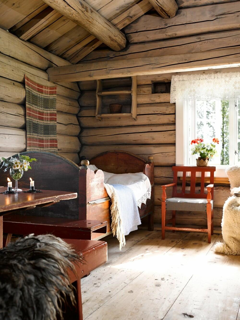 FAVORITTEN: Dagsengen i stuen er et favorittmøbel. Den er godt brukt og visstnok fantastisk å ligge i etter fjøsstellet. Sengen er fra begynnelsen av 1800-tallet.