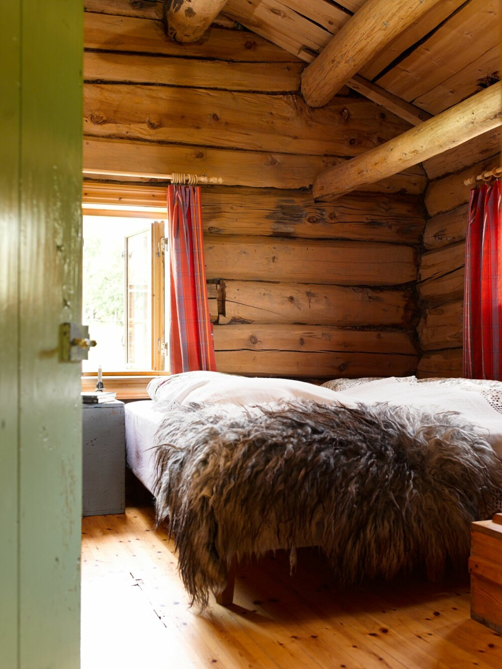 FELLES SOVEROM: Hele familien deler soverom. På motsatt side av dobbeltsengen er det plassbygde køyesenger. I denne delen av seterhuset var det tidligere matlager og jordgulv.