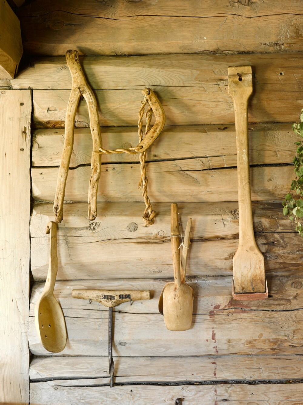 SKRUBBET FOR HÅND: Ønsker du en naturlig  og vakker glød i treverket, er det manuelt arbeid som skal til. Her er vegger og gulv kun skrubbet for hånd. Veggene er grånet etter utallige skrubbinger med grønnsåpe hver vår.