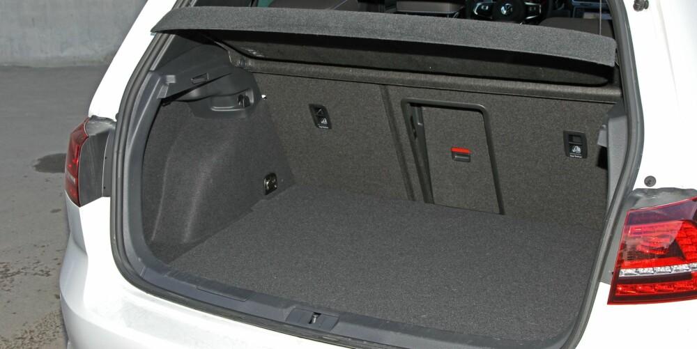 VESENTLIG MINDRE: På grunn av batteripakken sitter bensintanken høyere montert i GTE. Oppgitt bagasjeromsvolum er kun 272 liter, mot 380 liter i Golf.