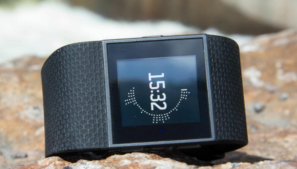 GOD AKTIVITETSLOGGER: Vi har testet Fitbit Surge. Den har GPS og kan brukes både som et vanlig aktivitetsarmbånd og som en puls- og treningsklokke for aktive mosjonister.
