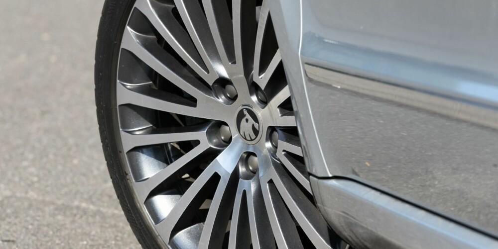 KANSKJE IKKE: 18-tommershjul ser bra ut, men er trolig neppe det beste valget om du ferdes mye på ujevn vei. Fjæringskomfort er ikke Skoda Superbs beste side. FOTO: Petter Handeland