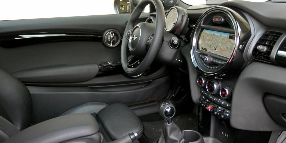 FORTSATT MINI: Innvendig har Mini ryddet opp. Speedometeret er nå der det helst skal være, nemlig foran deg. Vindusheisene er i døra, og ikke i midtkonsollen. Men fortsatt ser den ut som en Mini også innvendig.