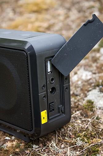 DEKSEL: Et gummideksel skjuler ladeport for USB, aux-inngang, strøminngang og en av/på-bryter.